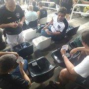 Sueca no Niltão! Torcedor do Botafogo explica jogo de cartas após foto viralizar na internet