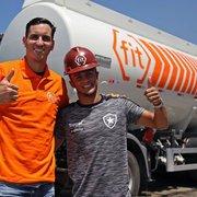 Em ação de marketing, Gatito e Erik visitam Fit, patrocinadora do Botafogo