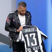 Botafogo presenteia Daniel Alves com camisa 13 de Zagallo e brinca: 'A proposta já está pronta'