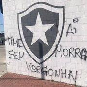 Após eliminação, muros do Estádio Nilton Santos amanhecem pichados com a frase 'Time sem vergonha'