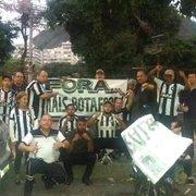 Torcedores do Botafogo protestam e pedem saída de VP executivo