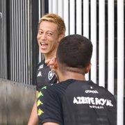 VÍDEO: Honda se destaca em treino do Botafogo e zoa Caio Alexandre: 'Eu falo mais português que você inglês'