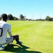 Sem previsão de chegada ao Botafogo, Kalou treina sozinho para se condicionar