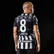 Clube de Iniesta no Japão lança camisa similar à do Botafogo, e torcida alvinegra entra no clima