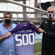 VÍDEO: Flávio Tênius recebe como homenagem camisa pelos 500 jogos no Botafogo