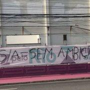Torcida do Botafogo protesta com faixas contra dirigentes e Kelvin