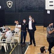 Candidato a presidente, Alessandro Leite vota em eleição do Botafogo