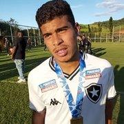 Cesinha festeja estreia com título e busca espaço: 'Voltei sendo campeão com o Botafogo'