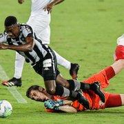 Nada explica juiz não dar pênalti em Kalou, do Botafogo, não ver VAR e marcar escanteio