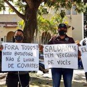 Com segurança reforçada, torcedores do Botafogo protestam com cartazes: 'Fora todos!'