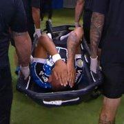 Emprestado pelo Botafogo, Luiz Fernando sofre entrada dura, sai de maca da Arena do Grêmio e preocupa