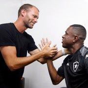 Joel Carli volta ao Botafogo, assina e reencontra companheiros; veja fotos