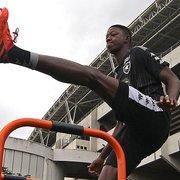 Negociação do Botafogo com Athletico-PR por Matheus Babi esfria, mas conversas seguem