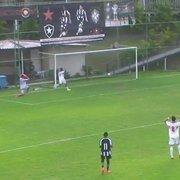 Com gol contra inacreditável de goleiro, Botafogo é goleado pelo São Paulo no Brasileiro Sub-17; veja o lance