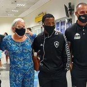Após frieza em Natal, Botafogo muda postura e atende torcida no aeroporto de Goiânia para estreia na Série B