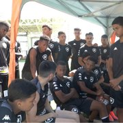 VÍDEO: Botafogo goleia sub-17 em treino e Ricardinho dá aula a jovens