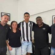 Base: Botafogo assina primeiro contrato profissional com lateral-esquerdo Ramon