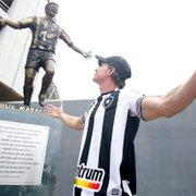 Túlio Maravilha leva na boa estátua no Botafogo ser comparada a Crivella: 'O que vale é a homenagem'