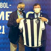Presidente da Conmebol ganha camisa do Botafogo das mãos de Durcesio Mello: 'Maravilhoso presente'