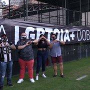 Torcida LGBTQIA+ do Botafogo vai a General Severiano e ganha faixa: 'Respeito é uma moeda de troca', diz fundador