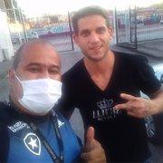 He-Man chegou! Rafael Moura vai ao Estádio Nilton Santos para últimas avaliações e já é tietado no Botafogo