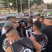 Jogadores e vice-presidente do Botafogo conversam com torcedores em protesto na saída do treino
