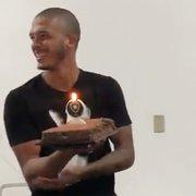 VÍDEO: Diego Loureiro faz 23 anos e ganha bolo de aniversário no Botafogo