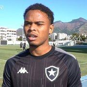 Lucas Mezenga celebra boas atuações pelo Botafogo: 'Pedia muito a Deus uma oportunidade'