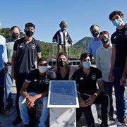 Território alvinegro: Botafogo inaugura réplica do Manequinho no CEFAT