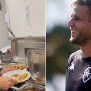 Matheus Nascimento perde aposta no treino do Botafogo, 'vira garçom' e serve jantar de Rafael Moura