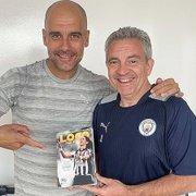 Técnico do Manchester City, Pep Guardiola é presenteado com livro que conta história de Loco Abreu no Botafogo
