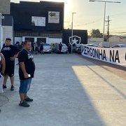 Organizada do Botafogo protesta no Nilton Santos e quer reunião com jogadores após treino