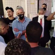 Diretoria do Botafogo avisa a torcedores em protesto que não vai demitir Chamusca sem ter substituto; Luxemburgo foi sondado