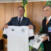 VÍDEO: Botafogo presenteia Bolsonaro com camisa e quadro de Garrincha em Brasília