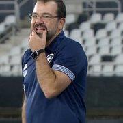 Técnico revela orientação aos jogadores devido ao gramado e pede justiça à arbitragem: 'Botafogo investe muito dinheiro na competição'