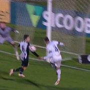 Comentarista ressalta pênalti não marcado: 'Botafogo sai reclamando da arbitragem e mais uma vez com razão'