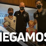 VÍDEO: Torcedor do Botafogo recebe presente de Carli e se emociona na concentração em Curitiba