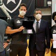 Representante do Botafogo na Olimpíada de Tóquio, Lucas Verthein é homenageado pelo Conselho Deliberativo