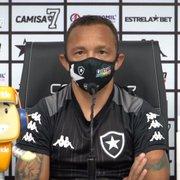 Carlinhos ressalta bom ambiente no Botafogo e projeta duelo com Náutico: 'Todo jogo é uma final'