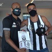 VÍDEO: Chay celebra aniversário, ganha presente e recebe os parabéns de sócios-torcedores do Botafogo