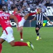 Chute no rosto de Rafael Navarro, do Botafogo, deixa Casagrande revoltado: 'Absurdo, dava para encolher a perna'