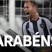 VÍDEO: Funcionários e jogadores do Botafogo dão os parabéns ao aniversariante Joel Carli