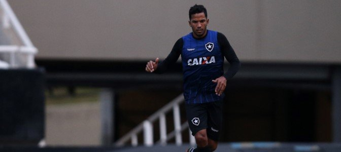 Zagueiro Yago durante treino do Botafogo