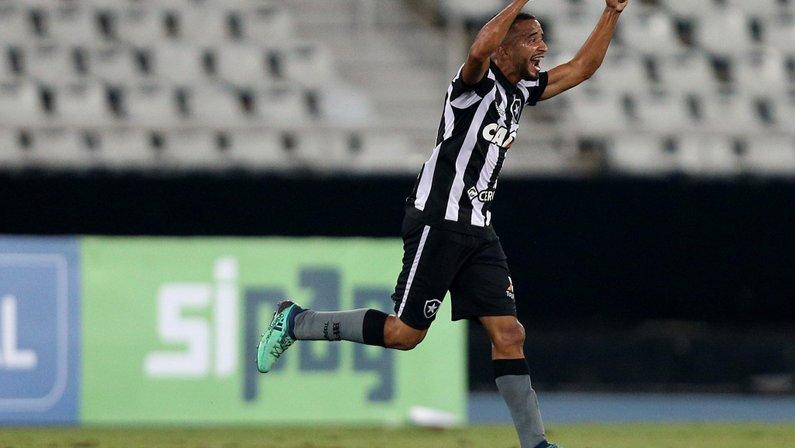 Botafogo e Corinthians encaminham troca de Caio Alexandre por Moisés e Jean em definitivo