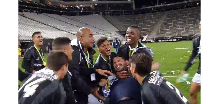 Festa de jogadores do Botafogo com Eduardo Barroca, após o título brasileiro sub-20 em cima do Corinthians, em 2016