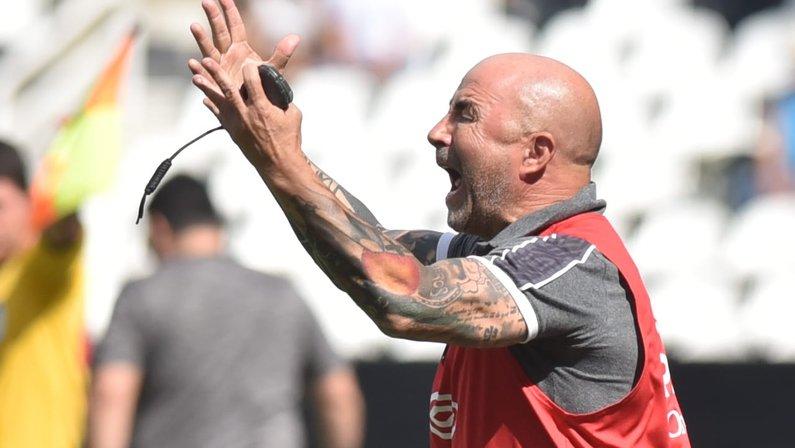 Técnico do Santos, Sampaoli critica gramado do Nilton Santos: 'Não se conseguia dar três passes'