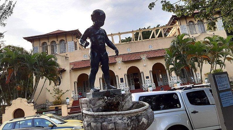 Largo Beth Carvalho com mascote Manequinho em General Severiano | Sede social do Botafogo