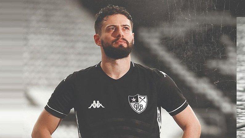 João Paulo com o uniforme 2 (camisa preta) do Botafogo produzida pela Kappa em 2019