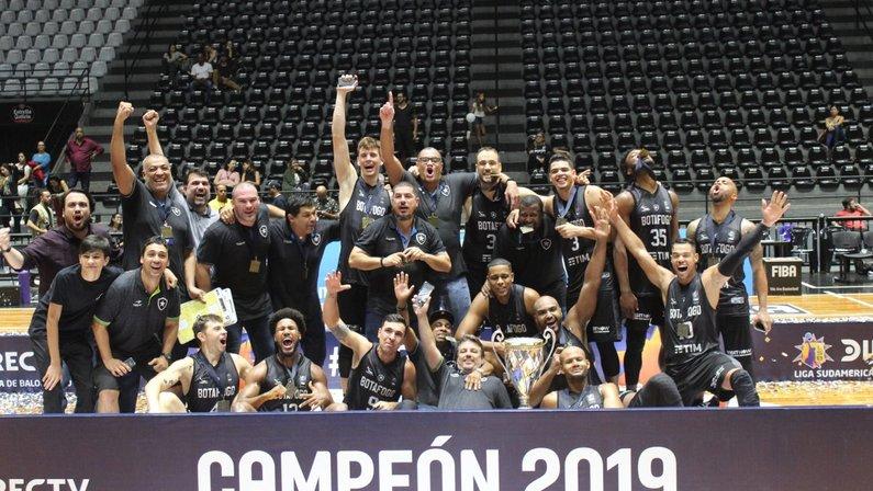 Botafogo celebra o título da Liga Sul-Americana de Basquete
