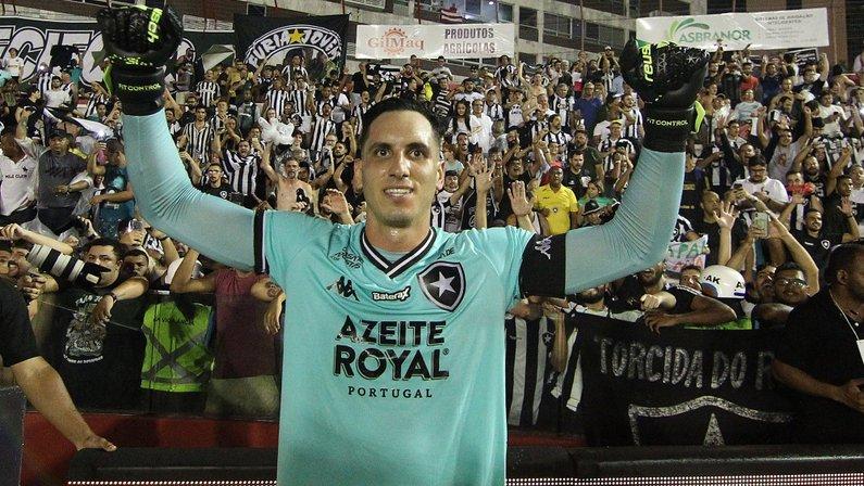 Gatito Fernández celebra classificação do Botafogo sobre o Náutico na Copa do Brasil